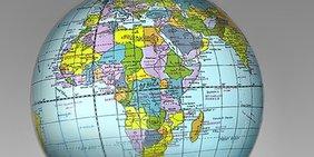 Globus vor grauem Grund