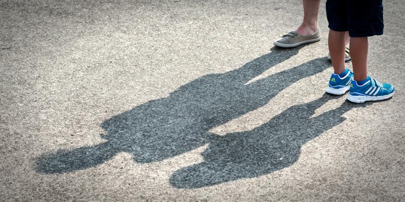 Beine und Schatten von Kindern